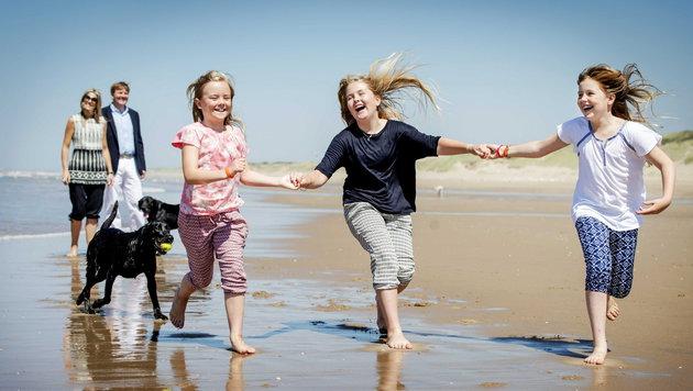 Fröhlich laufen die drei Prinzessinnen beim offiziellen Fototermin Anfang Juli am Strand. (Bild: APA/EPA/ROBIN VAN LONKHUIJSEN)