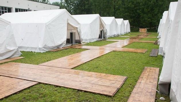 Flüchtlinge werden umgesiedelt, doch die Zelte in Salzburg bleiben für Neuankömmlinge. (Bild: Franz Neumayr/MMV)