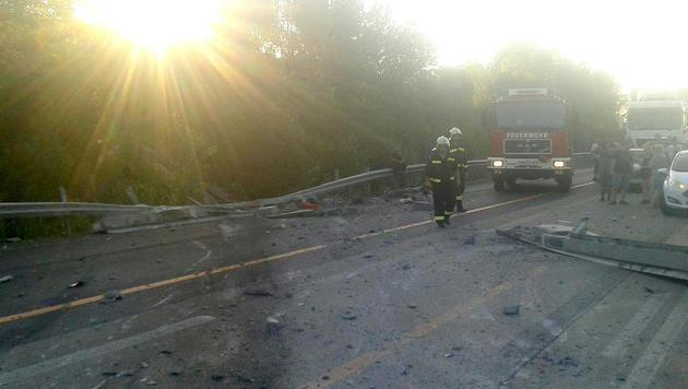 Zehn Kilometer Stau nach Lkw-Unfall nahe Schwechat (Bild: APA/FF MANNSWÖRTH)
