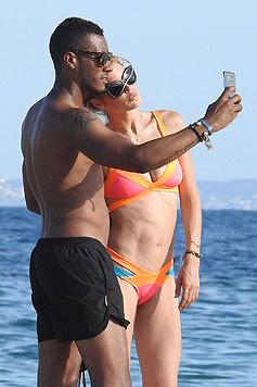Auch jede Menge Selfies von sich mit seiner durchtrainierten Frau schießt der DJ. (Bild: Bulls Press Photo)