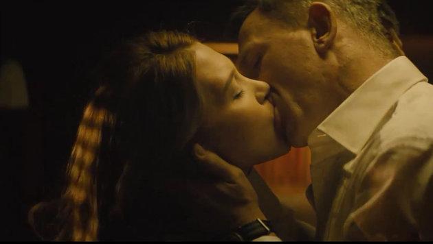 Im 24. Bond-Streifen küsst James Bond (Daniel Craig) Bond-Girl Madeleine Swann (Léa Seydoux). (Bild: Viennareport)