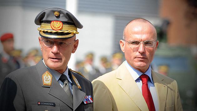 Generalstabschef Othmar Commenda (li.) mit Verteidigungsminister Gerald Klug (Bild: APA/Herbert Pfarrhofer)