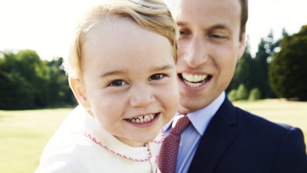 Dieses Bild hat der Palast anlässlich des 2. Geburtstages von Prinz George am 22.7. herausgegeben. (Bild: APA/EPA/MARIO TESTINO)
