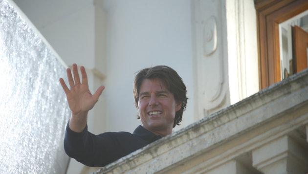 Tom Cruise winkt von einem Balkon des Belvedere. (Bild: Peter Tomschi)
