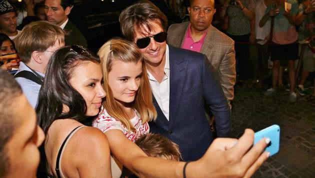 Nach dem Abendessen nahm sich Cruise wieder viel Zeit für seine Fans. (Bild: Starpix/A. Tuma/SPY)