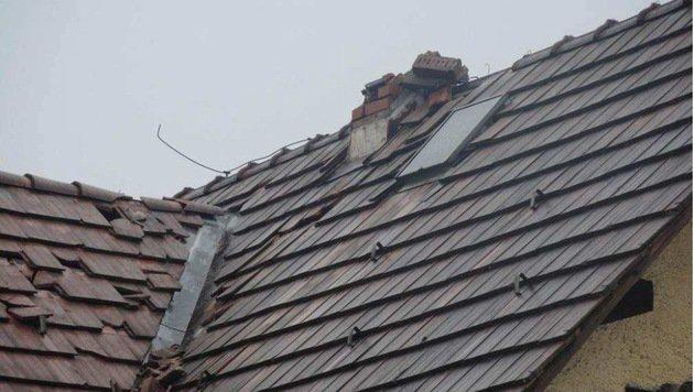 Ein Blitz schlug in ein Wohnhaus in Feldkirch ein. Dabei wurde der Kamin sowie das Dach beschädigt. (Bild: APA/POLIZEI)