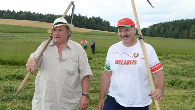 Schauspieler Depardieu und Weißrusslands Präsident Lukaschenko auf dem Weg zur Arbeit. (Bild: APA/EPA/ANDREI STASEVICH POOL)