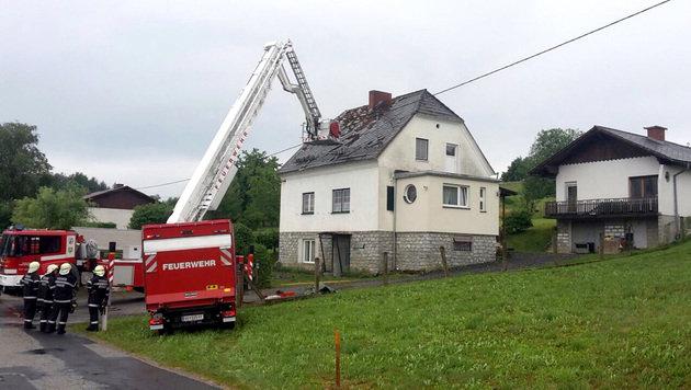 Kräfte der FF Berndorf bei einem Einsatz nach Unwettern im Bezirk Deutschlandsberg (Bild: APA/FF BERNDORF)