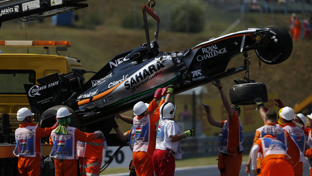 Video: Horror-Crash von Sergio Perez in Budapest (Bild: AP)
