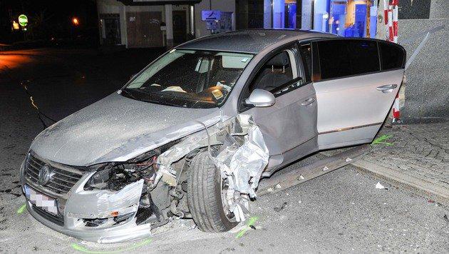 Das Auto wurde beim Unfall schwer ramponiert, der Lenker blieb laut eigenen Angaben aber unverletzt. (Bild: APA/ZEITUNGSFOTO.AT/DANIEL LIEBL)