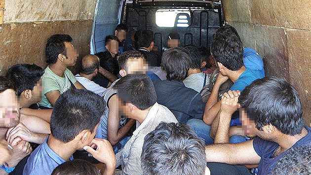 42 Flüchtlinge in einen Kastenwagen gepfercht (Bild: APA/LPD NÖ (Symbolbild))