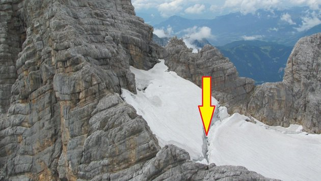 In diese Gletscherspalte stürzte die 27-Jährige  sieben Meter ab (Bild: Alpinpolizei)