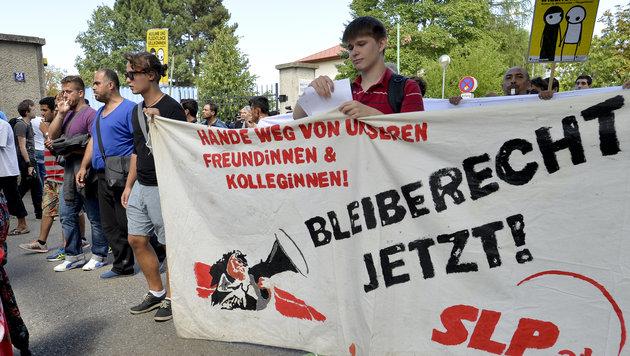 Emotionale Asyl-Demo der ÖH in Traiskirchen (Bild: APA/HERBERT NEUBAUER)