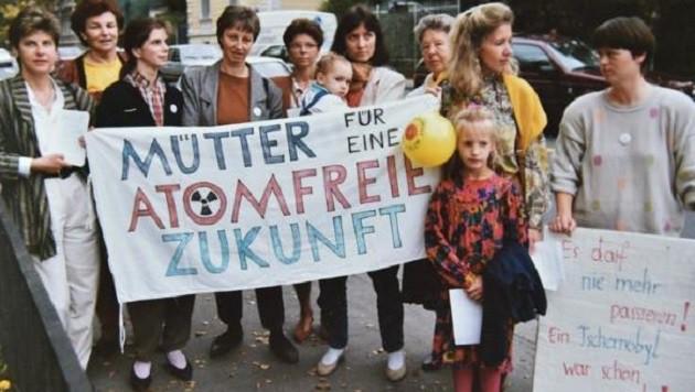 """Demo  von Müttern nach Tschernobyl vor der russischen Botschaft: Keine """"strahlende"""" Zukunft! (Bild: Wolfgang Weber)"""