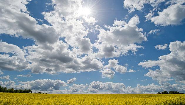 Sonne vertreibt ab Mittwoch wieder die Wolken (Bild: APA/dpa/Boris Roessler)
