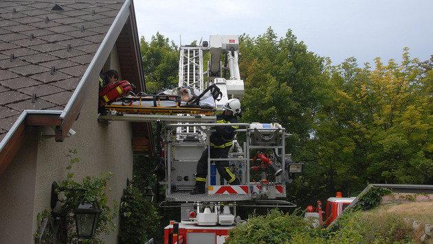 90-jährige Frau über Fenster aus Haus gerettet (Bild: Pressestelle BFK Mödling)