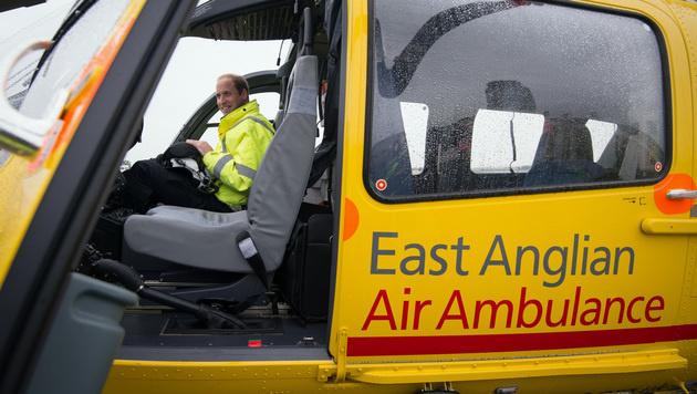Prinz William ist seit Mitte Juli als Rettungspilot bei der East Anglian Air Ambulance tätig. (Bild: AP)