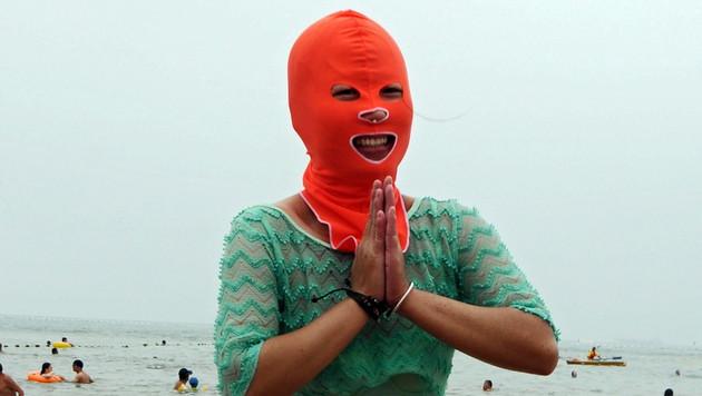Diese Dame präsentiert sichtlich stolz ihren Sonnenschutz. (Bild: APA/EPA/WANG HAIBIN)