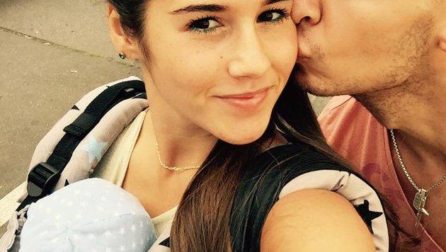Endlich ist alles gut: Sarah Engels und Pietro Lombardi mit ihrem Baby (Bild: facebook/sarahengels)
