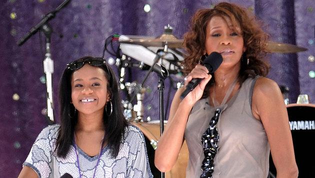 Bobbi Kristina Brown mit ihrer geliebten Mutter Whitney Houston auf der Bühne (Bild: AP)