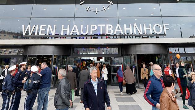 Wien: Zug mit 201 Flüchtlingen gestoppt (Bild: APA/ROLAND SCHLAGER)