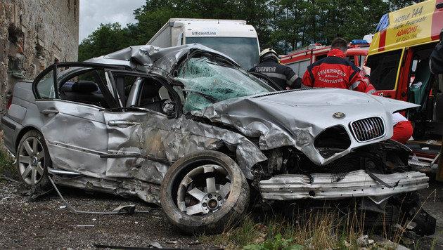 Der BMW wurde beim Unfall völlig zerstört, für die 20-Jährige gab es keine Rettung mehr. (Bild: FF Hall)