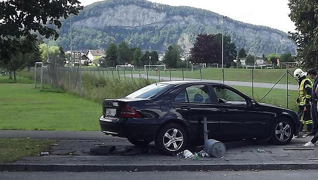 Die 18-Jährige kam unter dem Wagen zu liegen. Sie erlitt Verletzungen. (Bild: LPD Vorarlberg)