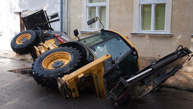 Die Bergung des Gefährts verlangte den Helfern einiges ab. (Bild: Feuerwehr Kirchberg am Wagram)