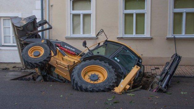 Der im Erdloch versunkene Bagger (Bild: Feuerwehr Kirchberg am Wagram)