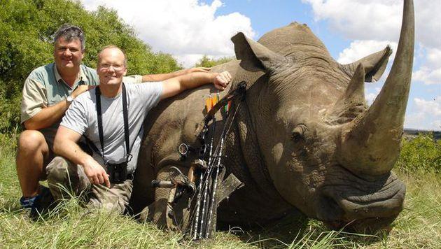 Walter Palmer (re.) mit einem getöteten Nashorn und seinem Jagdbegleiter (Bild: Trophy Hunting America)
