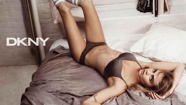 Cara Delevingne in einer Werbekampagne für DKNY-Dessous-Wäsche (Bild: Viennareport)