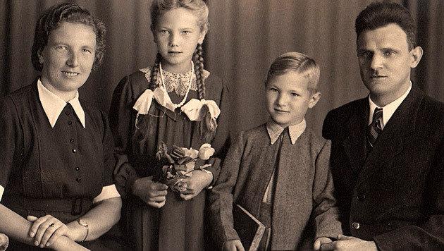 Eines der wenigen Erinnerungsfotos von Annedore und Klement mit den Eltern (Bild: Gartner)