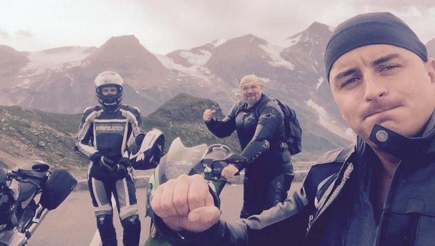 Andreas Gabalier grüßt mit Bikerfreunden vom Großglockner. (Bild: Facebook.com/AndreasGabalier)