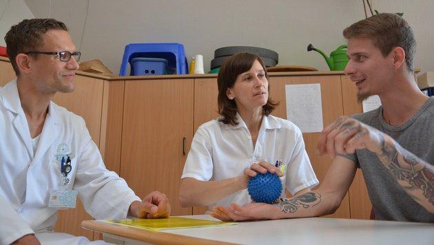 Mario M. (rechts) mit Dr. Philipp Mayr und Ergotherapeutin Monika Kastner (Bild: Krankenhaus der Barmherzigen Schwestern Linz)