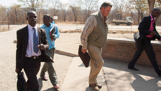 Bronkhorst auf dem Weg ins Gericht (Bild: APA/EPA/STR)