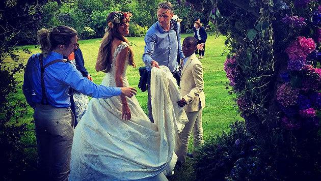 Die bezaubernde Braut Jacqui Ainsley mit Guy Richies Söhnen mit Madonna, David (r.) und Rocco (l.). (Bild: Instagram)