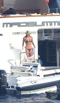 Elle MacPherson präsentiert an Bord einer Luxusjacht ihren Luxusbody. (Bild: Viennareport)