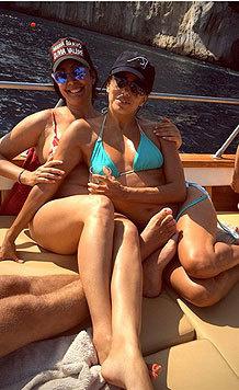 Die schöne Schauspielerin lässt es sich mit Freundinnen an Bord gut gehen. (Bild: Viennareport)
