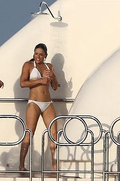 Schauspielerin Michelle Rodriguez braucht auf ihrer Jacht vor Saint Tropez eine kalte Dusche. (Bild: Viennareport)
