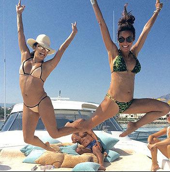Eva Longoria (links) hüpft vor Freude über ihren Jachturlaub. (Bild: Viennareport)