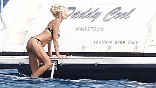 """Victoria Silvstedt klettert vor Saint Tropez in ihr Feriendomizil """"Daddy Cool"""". (Bild: www.viennareport.at)"""