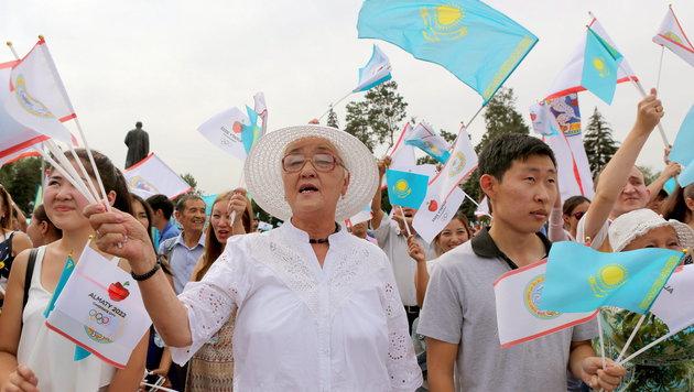 Unterstützer der unterlegenen kasachischen Bewerbung (Bild: APA/EPA/IGOR KOVALENKO)
