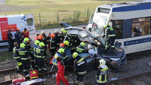 Auto von Badner Bahn erfasst: Frau schwer verletzt (Bild: Hans Dietl/Freiwillige Feuerwehr Möllersdorf)