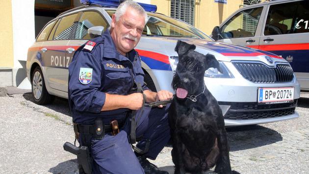 """Gruppeninspektor Karl Müller und Diensthund """"Nicco"""" (Bild: Uta Rojsek-Wiedergut)"""