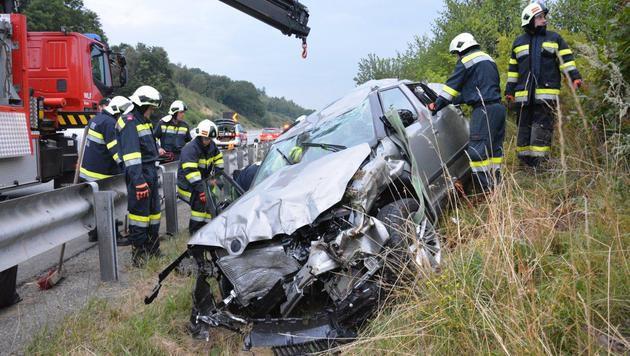2 Erwachsene und ein Kind bei Autounfall verletzt (Bild: Einsatzdoku.at)
