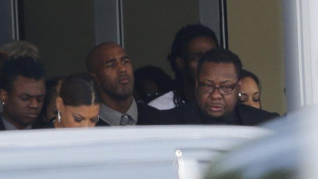 Bobby Brown (rechts) beim Verlassen der Kapelle (Bild: AP)
