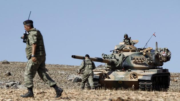 Türkisches Militär greift IS-Ziele in Syrien an (Bild: APA/EPA/SEDAT SUNA (Symbolbild))