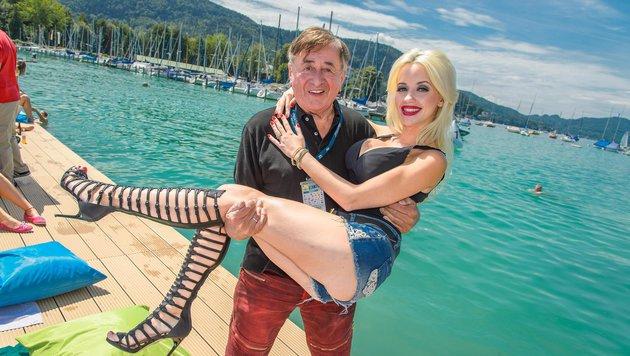 Zur Sicherheit trägt Richard Lugner seine sexy Ehefrau auf Händen. (Bild: Viennareport)