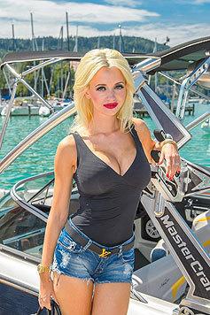 Cathy Lugner in superkurzen Hotpants und schwarzem Tanktop, das ihr Mega-Dekolleté betont. (Bild: Viennareport)