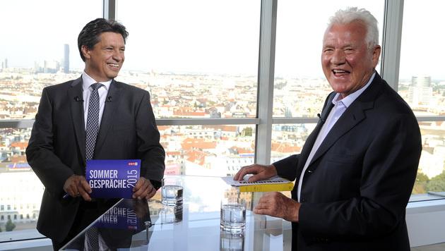 Frank Stronach und ORF-Moderator Hans Bürger vor Beginn des Gesprächs (Bild: APA/HERBERT PFARRHOFER)